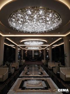 Area Salone Centrale: soffitto con gole lumimose in gesso e metallo con led perimetrali e lampadari centrali.