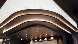 Area Bar: soffitto con gole luminose metalliche e led interno.