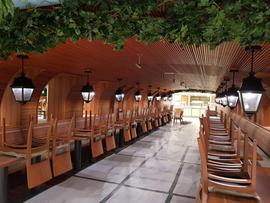 Area Restaurant: soffitto con listelli metallici impiallacciati con legno.