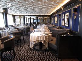 Area Restaurant: soffitto con elementi decorativi in gesso, metallo e gole luminose a led.