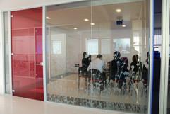 Parete in Vetro per Sala Riunioni: parete in vetro colorato a tutt'altezza con profili in alluminio.