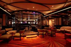 Area Salotto: soffitto con pannelli, cornici e travi metalliche.