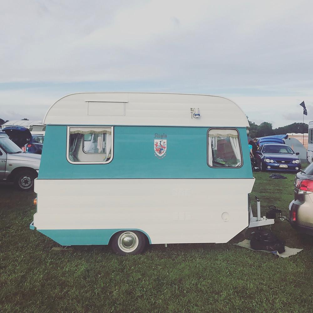 Fotos tiradas do nosso camping no womad festival . Essas campervans foram fabricadas na Nova zelandia entre os anos de 1960 e 1971 , depois por uma questão de tributação a fabrica foi encerrada , mas ainda podemos encontrar varios modelos em uso . Esse foi comprado e restaurado pelo dono
