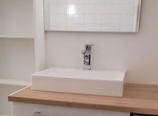 Colonne de rangement et meuble de salle de bain.