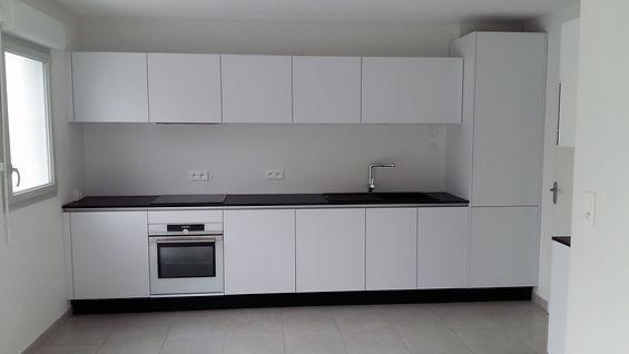 Grande cuisine équipée blanche, aux façades sans poignée, installée par Régis Planes, artisan menuisier agenceur de Bordeaux, Gironde - 33610 Cestas