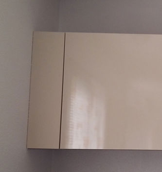 Fileur meuble haut ajusté au mur par Régis Planes, artisan menuisier agenceur de Cestas – 33610 Bordeaux- Gironde.