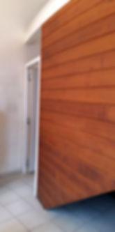 Equipement d'une porte sur la cloison.