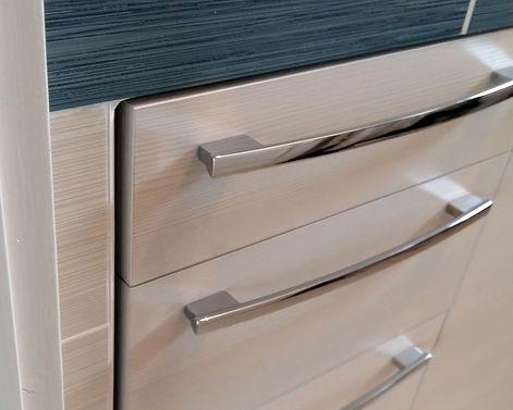 Zoom sur les poignées et tiroirs du meuble de salle de bain, conçu et installé par Régis Planes Agencement 33.