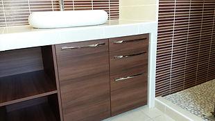 Meuble de rangement de salle de bain conçu par Régis Planes Agencement, artisan menuisier agenceur de Bordeaux 33
