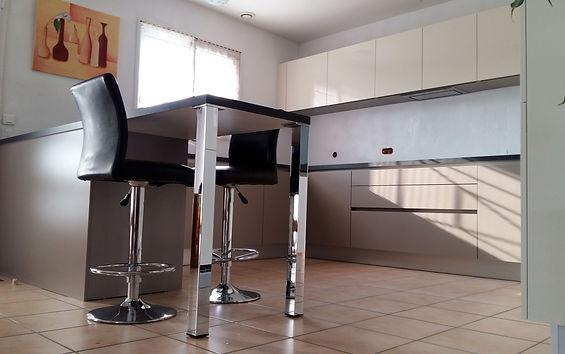 Plan snack avec pieds en alu installé par Régis Planes, artisan menuisier agenceur de Cestas – 33610 Bordeaux- Gironde.