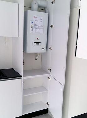 Meubles cuisine dissimulant une chaudière, installation de Régis Planes Agencement de Cestas 33610.