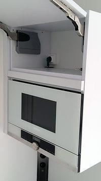 Intégration d'une prise à l'intérieur d'un placard, finitions de Régis Planes, artisan menuisier agenceur de Bordeaux, Gironde - 33610 Cestas.