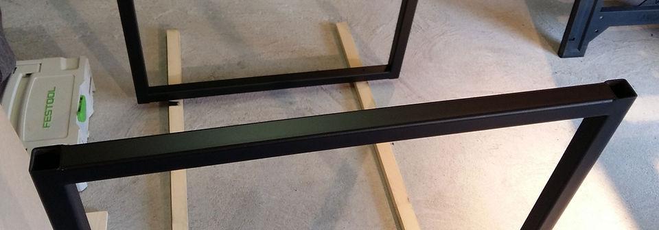 Pieds de table en métal peint en noir mat, en cours de fabrication dans l'atelier de Régis Planes à Cestas 33.