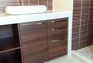 Meuble de rangement de salle de bain, conçu et posé par Régis Planes, artisan menuisier en Gironde 33