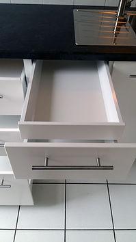 Zoom sur tiroirs ouverts.