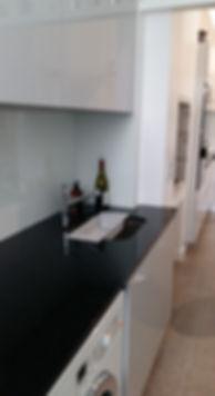 Plan de travail en granit, installé par Régis Planes Agencement, artisan menuisier de Bordeaux - Cestas, Gironde 33.