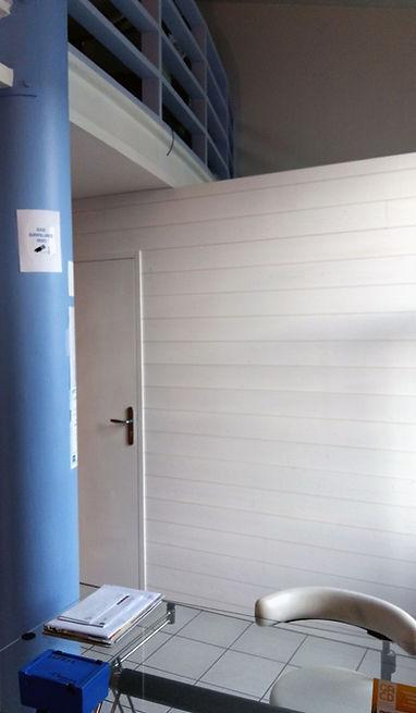 Cloison installée dans un cabinet médical par Régis Planes Agencement.