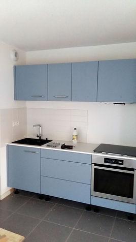 Cuisine avec façades bleues grises, pose de Régis Planes, artisan menuisier de Bordeaux, Gironde.