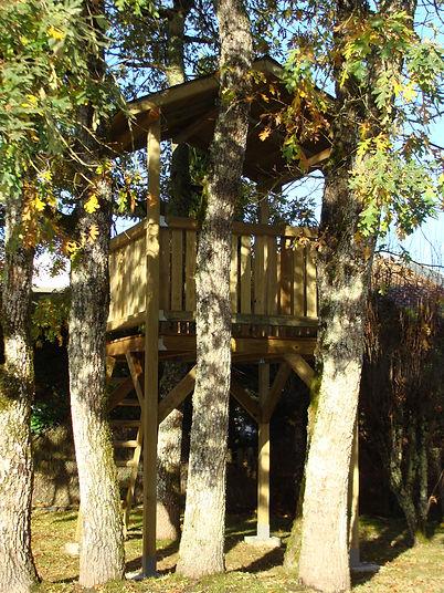 Intégration de la cabane dans un parc arboré de Gironde, par Régis Planes Agencement.