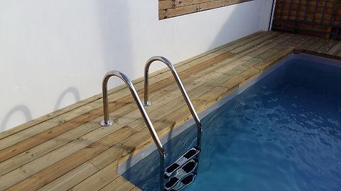 Bordure de piscine en bois.