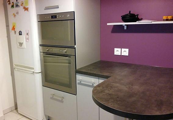 Cuisine violette avec plan snack arrondi installée par Régis Planes, artisan menuisier agenceur de Bordeaux, Gironde - 33610 Cestas.