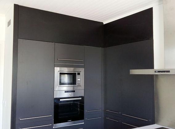 Habillage latéral et haut d'une cuisine.