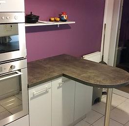 Cuisine violette avec plan snack arrondi en granit installée par Régis Planes, artisan menuisier agenceur de Bordeaux, Gironde - 33610 Cestas.