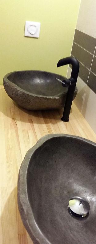 Vasques en pierre taillées dans la masse, intégrées au meuble de salle de bain par Régis Planes Agencement, artisan menuisier de la banlieue bordelaise.