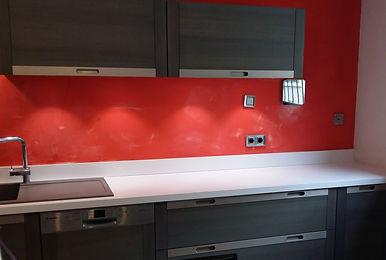 Cuisine avec plan de travail blanc rénové et installé par Régis Planes, artisan menuisier agenceur de Bordeaux, Gironde - 33610 Cestas.