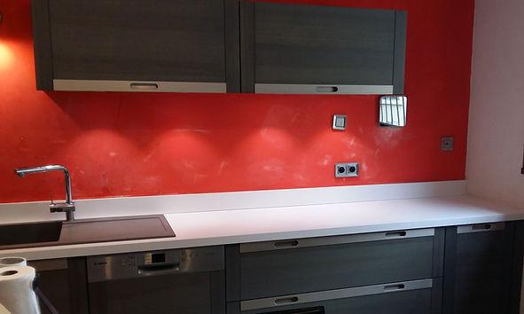 Installation d'un nouveau plan de travail sur une cuisine existante réalisée par Régis Planes, artisan