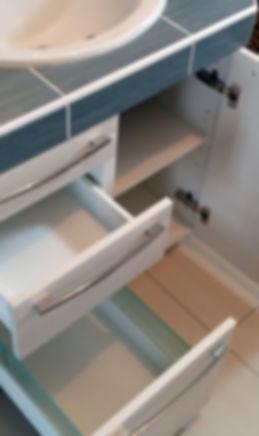 Zoom sur tiroirs et placard ouverts