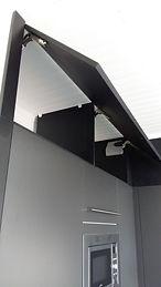 Habillage latéral et haut d'une cuisine, par Régis Planes Agencement.