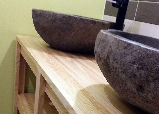 Gros plan sur le bois massif et les vasques