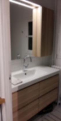 Meuble de rangement de salle de bain, sans poignée, installation de Régis Planes Agencement.