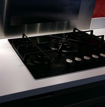 Zoom sur plaque de cuisson - Régis Planes Agencement, artisan menuisier Cestas.