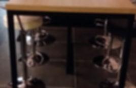 Fabrication de pieds de table en fer forgé pour plan snack par Régis Planes Agencement, artisan menuisier de Bordeaux – Cestas.