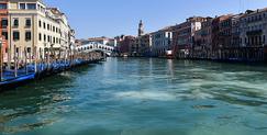 Canais de Veneza estão com águas cristalinas