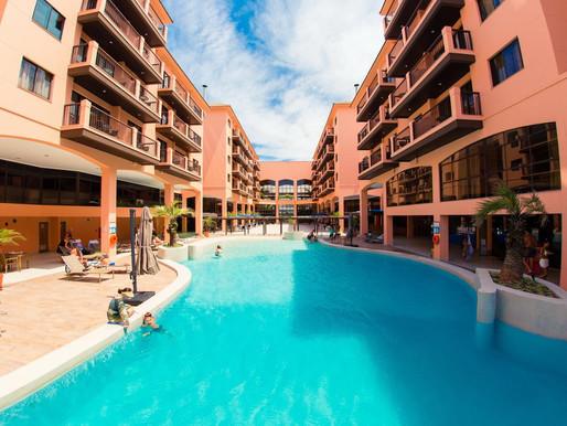 Com direito à cadeira anfíbia e acesso à praia, conheça esse hotel acessível em Florianpólis