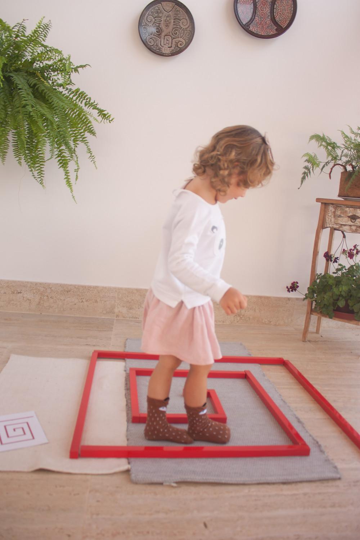 labirinto com Barras Vermelhas Montessori
