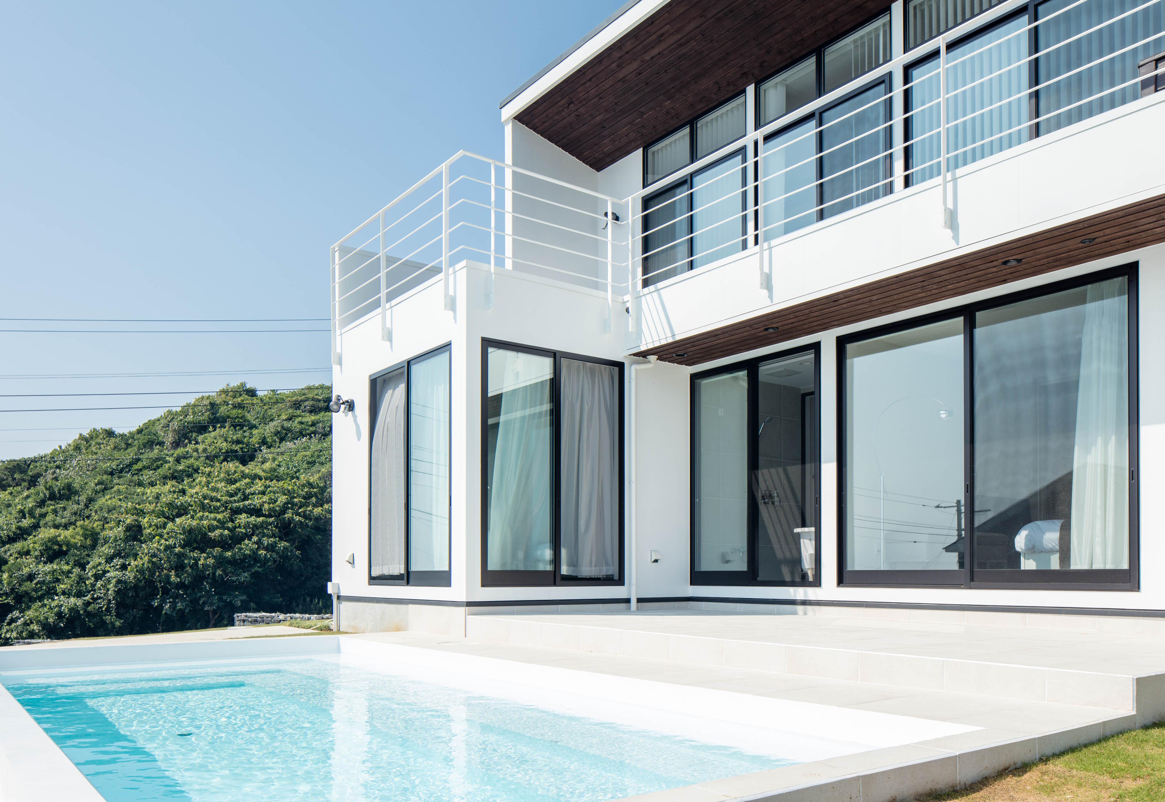 外観とプール / Exterior and Pool