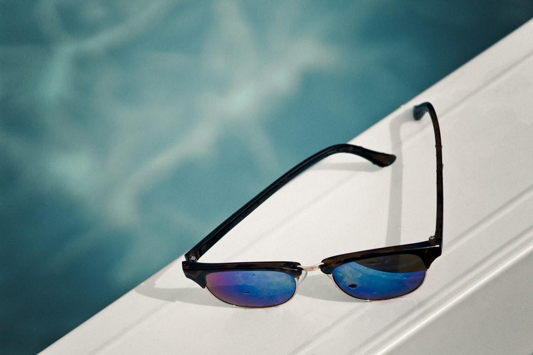 Solaires noir bord piscine