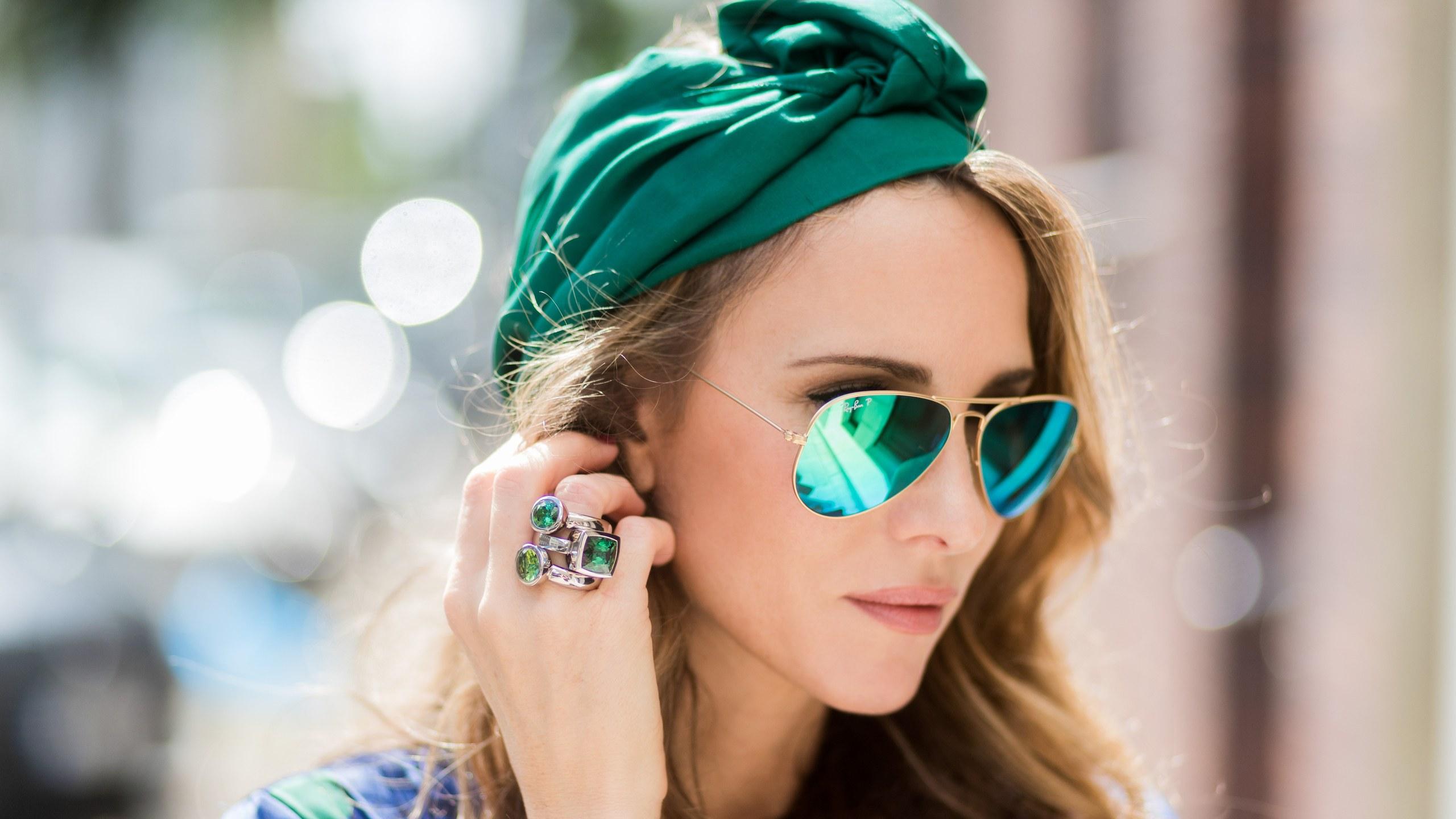 Femme voile vert porte rayban aviato