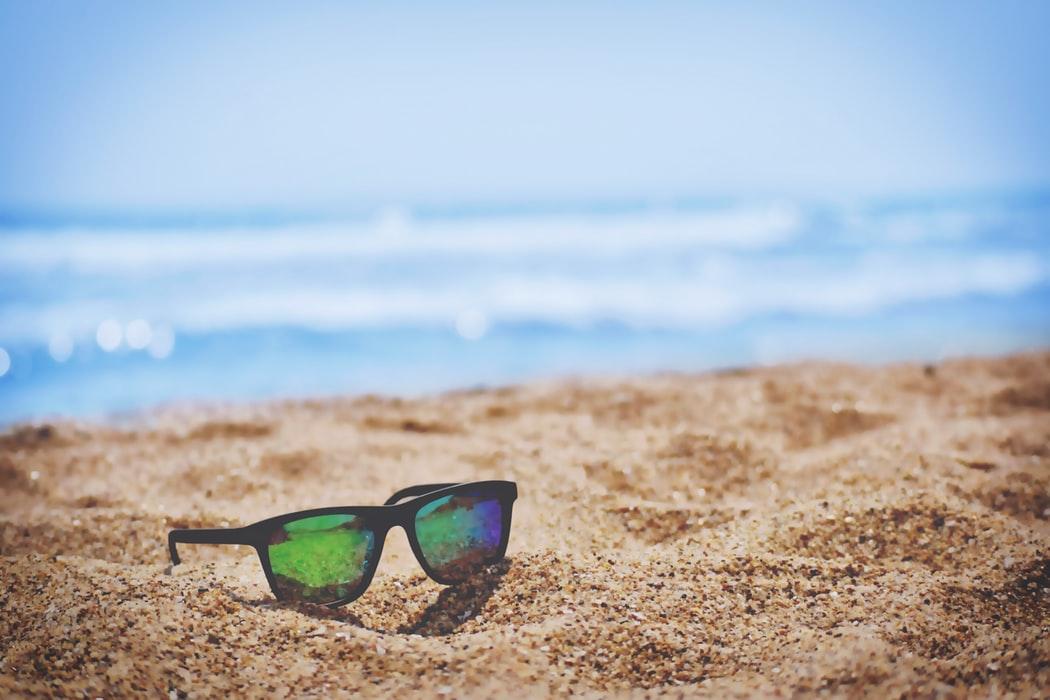 Solaires posées sur sable vue mer
