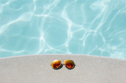 Solaires devant piscine