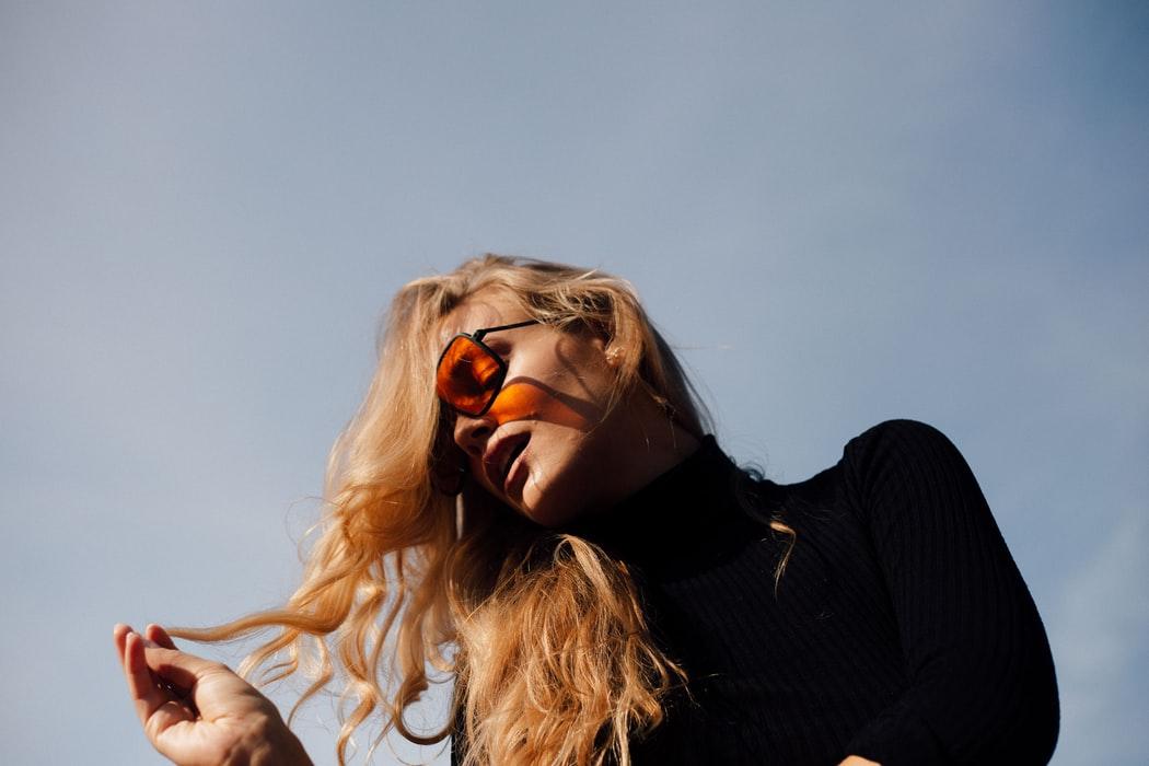 Mannequin blonde pose solaires