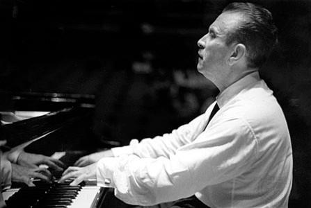 Claudio Arrau tocando el piano