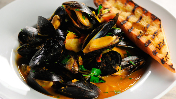 mussels in saffron and wine