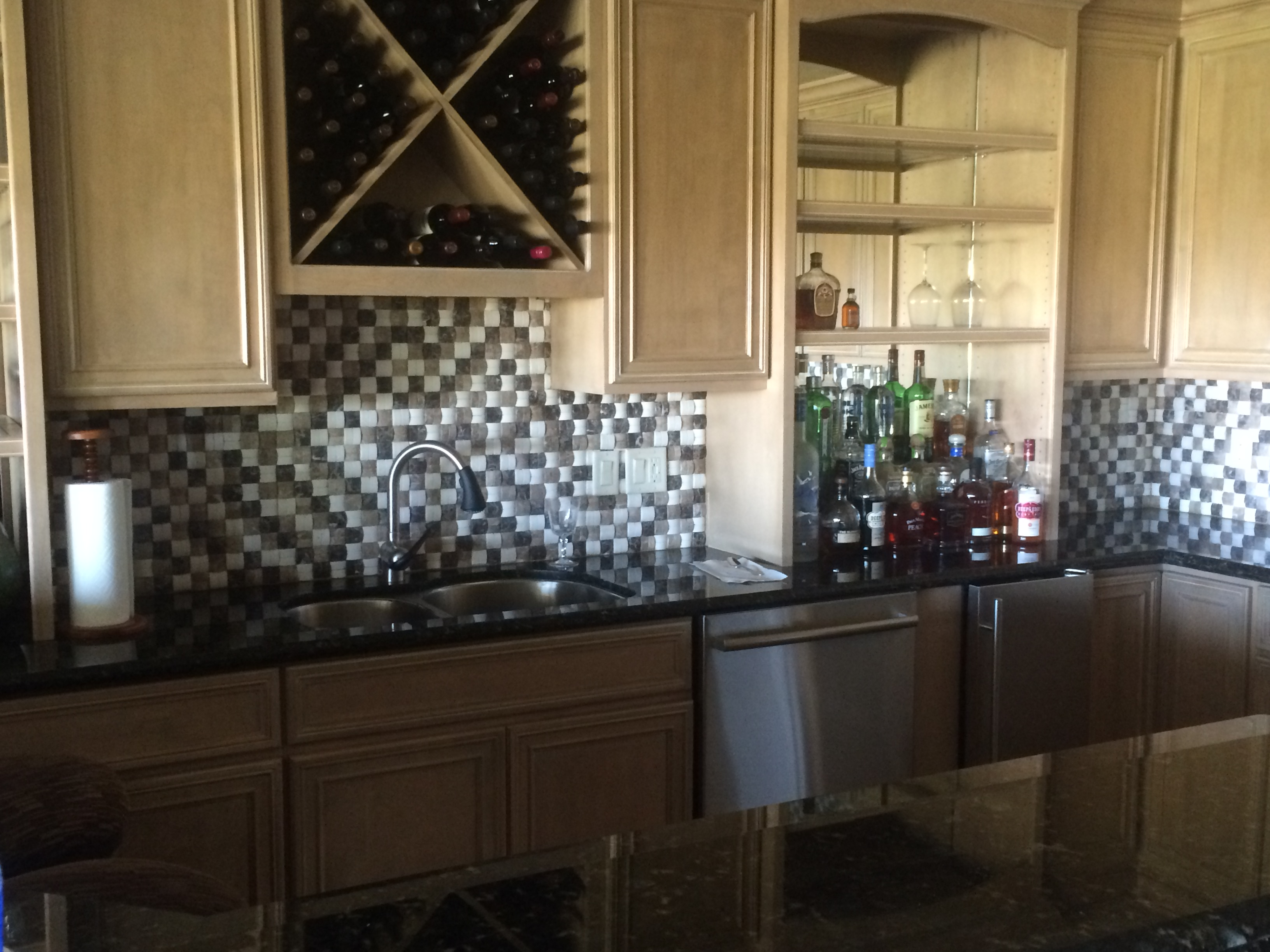 Contrasting square tile backsplash