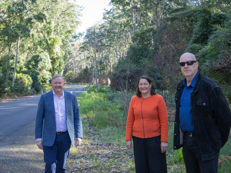 Albanese and Phillips call into Sth Durras to listen to the community