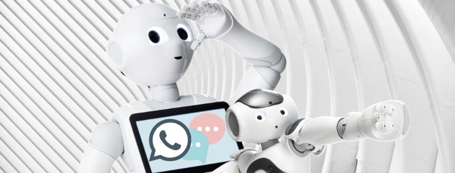 Robot Pepper et Nao ensemble avec sur l'écran le symbole téléphone et Message